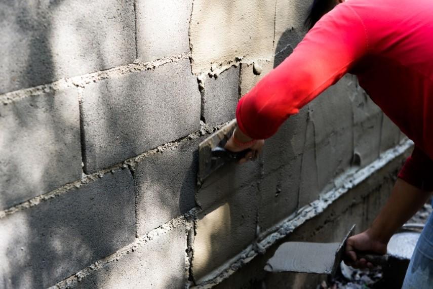 مراحل سیمان کاری دیوار با دست
